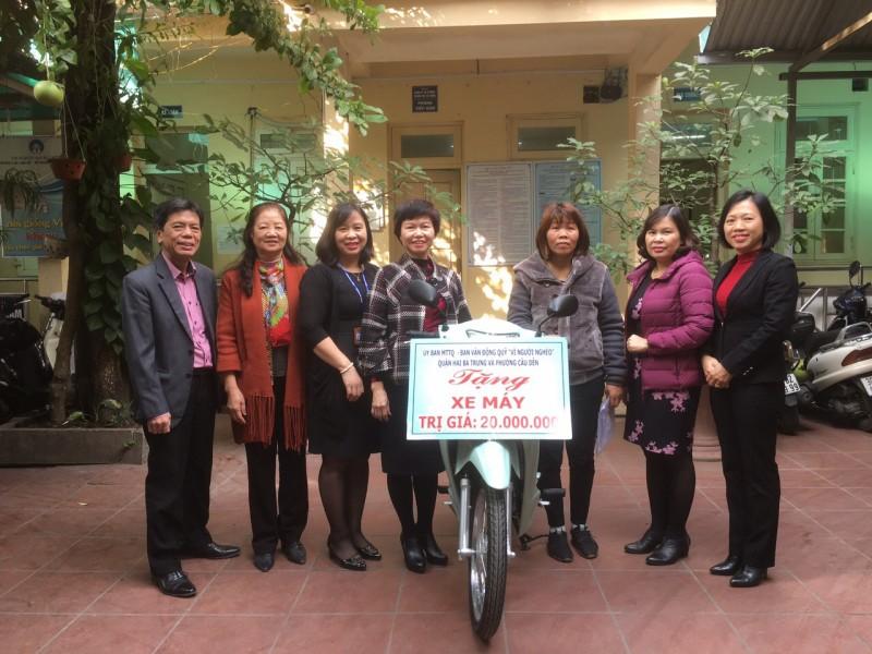 LĐLĐ quận Hai Bà Trưng hỗ trợ phương tiện đi làm cho hộ nghèo