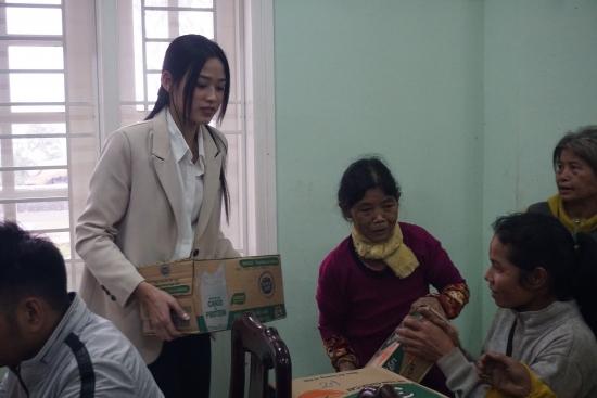 Hoa hậu Đỗ Thị Hà để mặt mộc, giản dị thực hiện chuyến thiện nguyện ở Quảng Nam