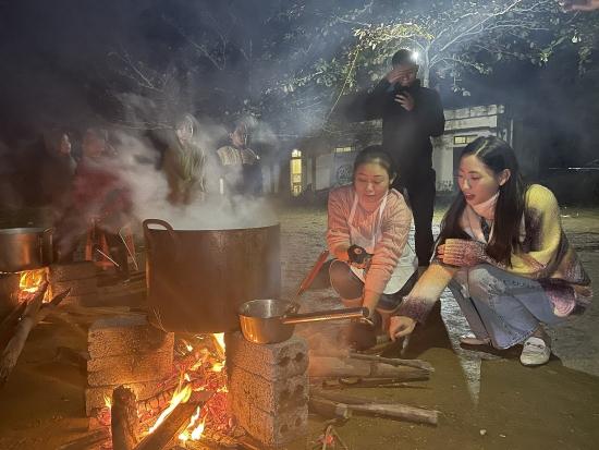 Hoa hậu Lương Thuỳ Linh thức đêm nấu 2.000 tô phở cho trẻ em vùng sâu