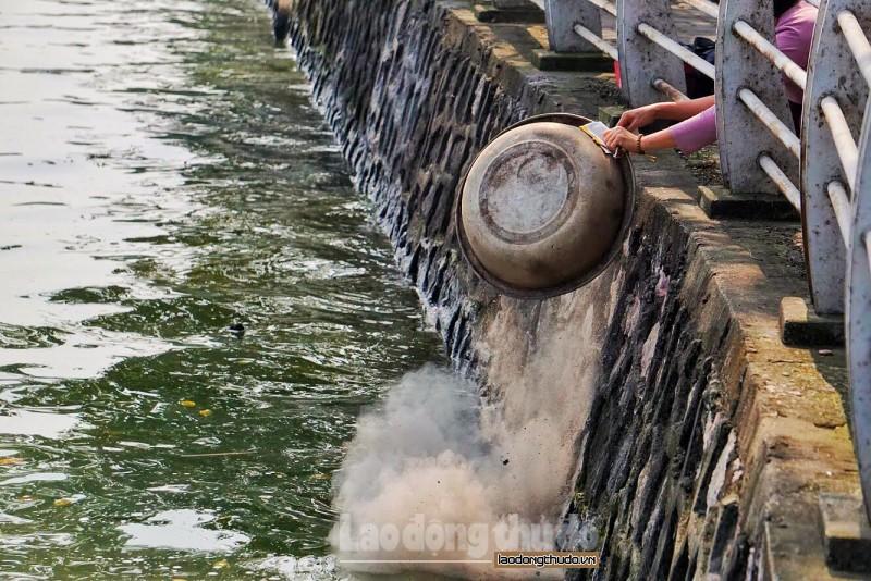 Tro hoá vàng, rác thải bị ném thẳng xuống hồ trong ngày ông Táo