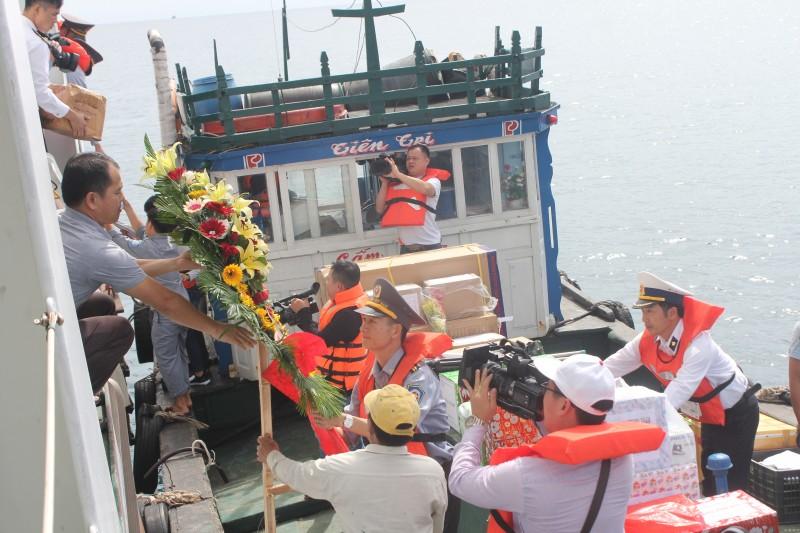 Tết yên vui, ấm áp đến với dân và quân huyện đảo Lý Sơn