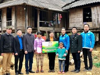 Gửi tặng hơn 600 suất quà Tết cho thiếu nhi tỉnh Hòa Bình