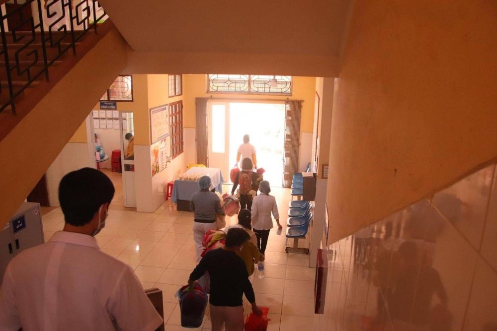 Xúc động hình ảnh bệnh nhân âm tính nhường địa điểm để thành lập bệnh viện dã chiến tại Hải Dương