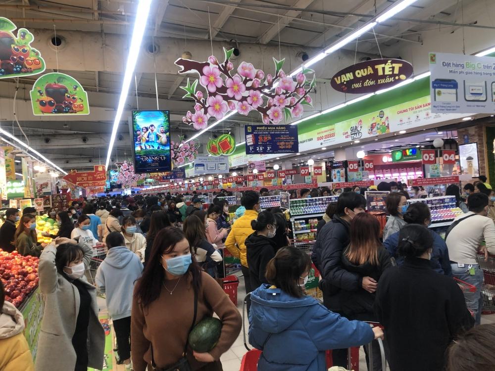 """""""Chen chân"""" sắm Tết ngày cuối tuần tại các siêu thị"""