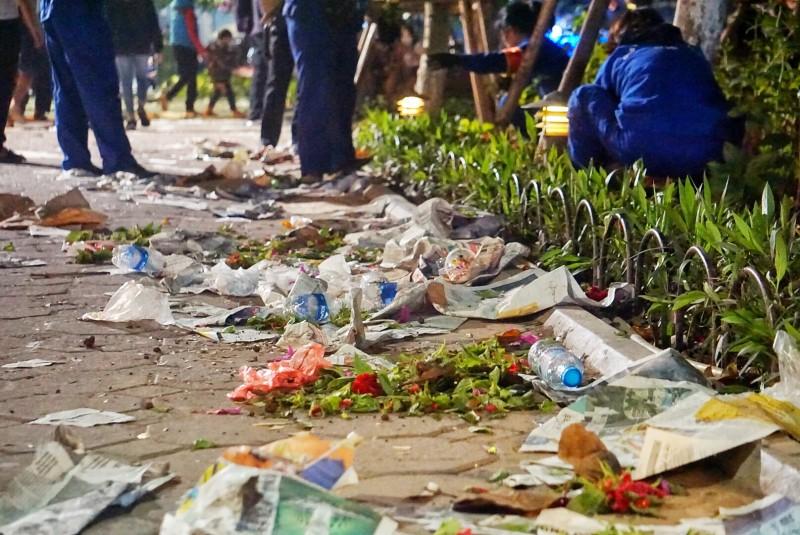 Đường phố ngập rác, luống hoa dập nát sau thời khắc giao thừa