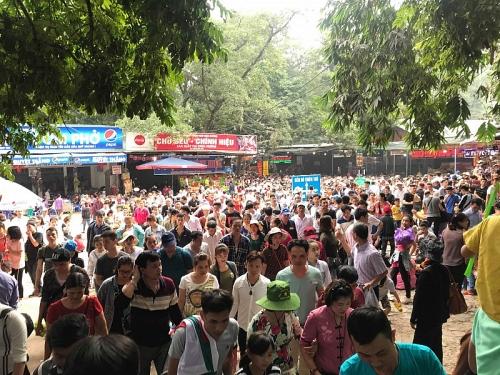 Vạn người chen chân đứng im ở Chùa Hương trong ngày mùng 5 Tết