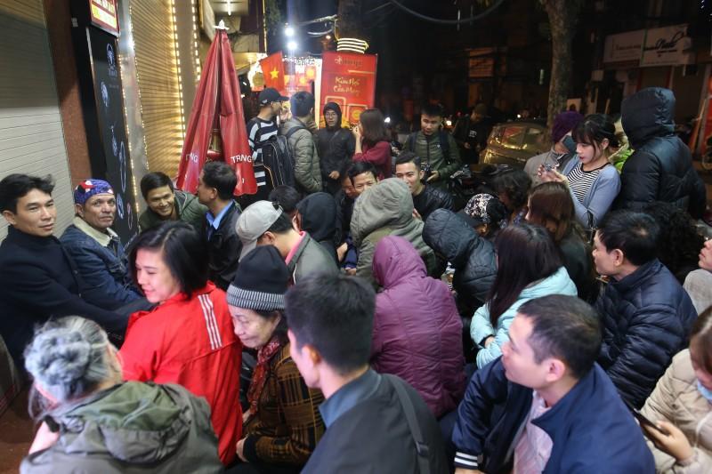 Người dân Hà Nội xếp hàng từ tờ mờ sáng để mua vàng cầu may
