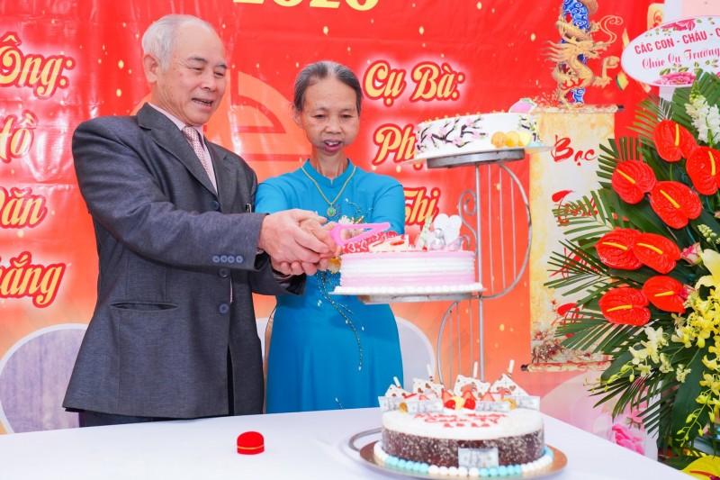 """Cảm động """"đám cưới vàng"""" của cụ bà mắc bệnh ung thư ở Hà Nội"""