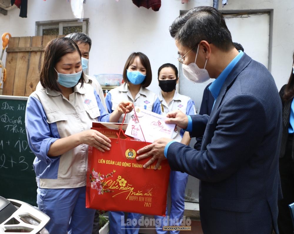 Chủ tịch Liên đoàn Lao động Thành phố thăm và tặng quà công nhân không về quê đón Tết