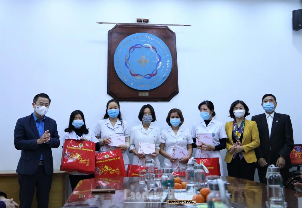 Phó Bí thư thường trực Thành ủy Nguyễn Thị Tuyến thăm, chúc Tết Bệnh viện đa khoa Hà Đông
