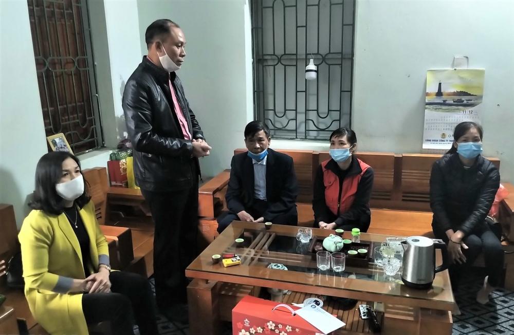 Liên đoàn Lao động huyện Sóc Sơn thăm, chúc Tết công nhân lao động không về quê đón Tết