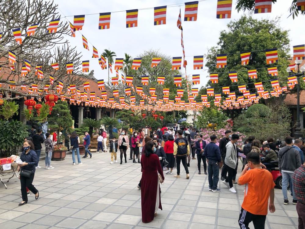 Người Hà Nội đeo khẩu trang đi lễ chùa ngày Mùng 1 Tết