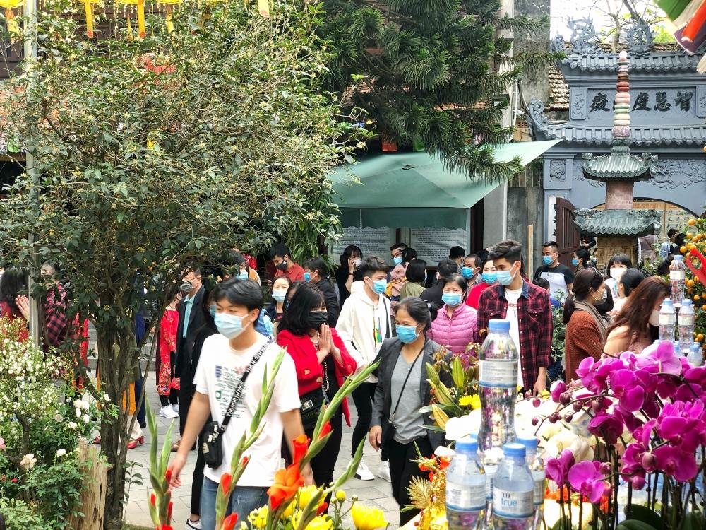 Người dân thực hiện nghiêm việc đeo khẩu trang đi lễ chùa ngày Mùng 1 Tết