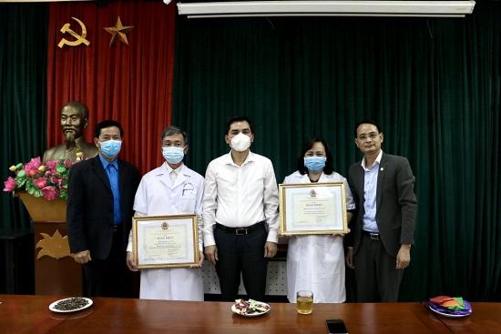 Lãnh đạo Liên đoàn Lao động thành phố Hà Nội động viên cán bộ y tế tuyến đầu chống dịch