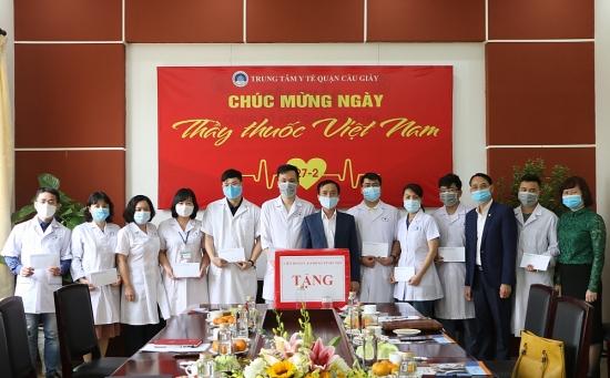 Lãnh đạo Liên đoàn Lao động Thành phố thăm, động viên Trung tâm Y tế quận Cầu Giấy