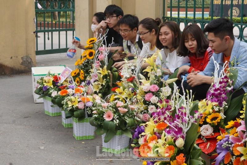 Trước Ngày Quốc tế Phụ nữ 8/3: Sinh viên bán hoa từ 3 giờ sáng để canh chỗ