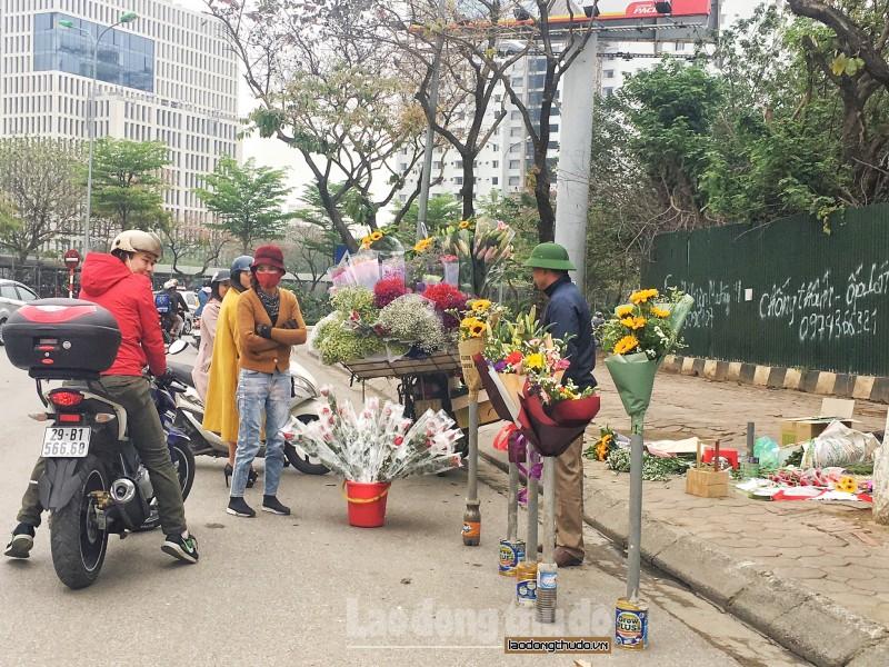 Hoa tràn vỉa hè Hà Nội trước ngày 8/3