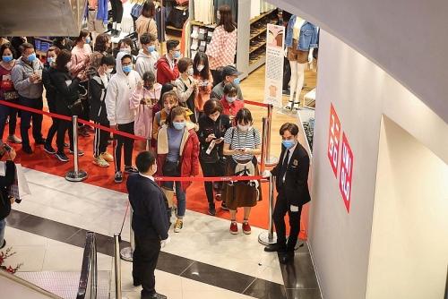 Người dân Hà Nội xếp hàng dài chờ mua sắm ở cửa hàng Uniqlo đầu tiên tại Hà Nội