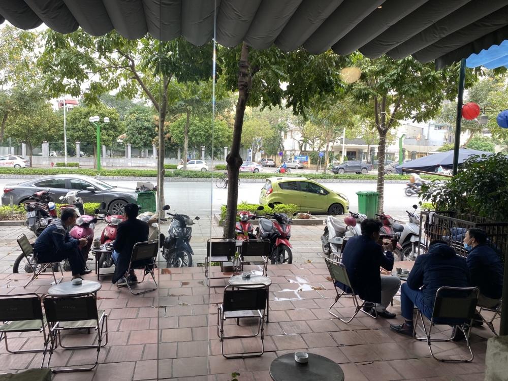 Nhiều quán cafe, quán kinh doanh dịch vụ ăn uống trong nhà đông đúc trở lại