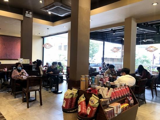 Nhiều quán cà phê, quán kinh doanh dịch vụ ăn uống trong nhà đông đúc trở lại