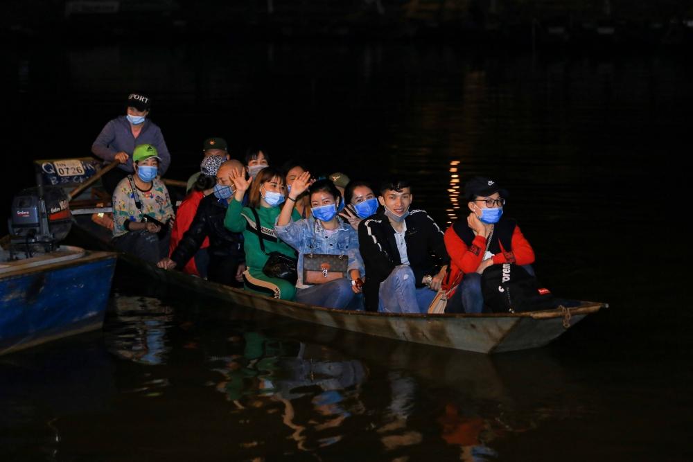 Du khách tất bật đi đò đêm vào chùa Hương