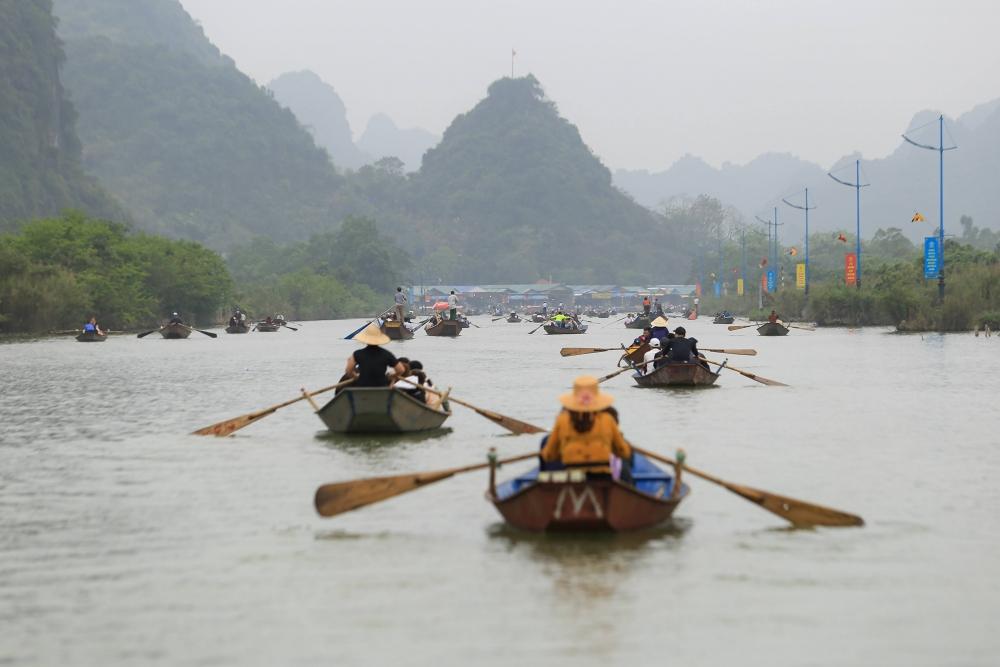 Hơn 1 vạn người trẩy hội chùa Hương, nhiều du khách không đeo khẩu trang chống dịch