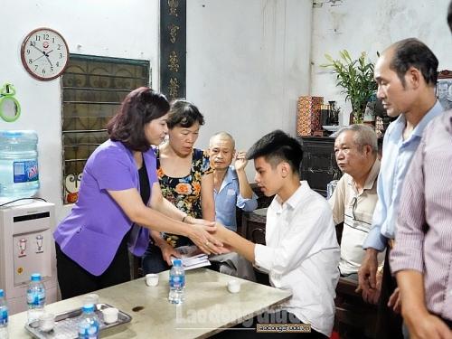 Chủ tịch LĐLĐTP Hà Nội thăm, động viên gia đình nữ công nhân môi trường bị tử vong khi đang làm nhiệm vụ