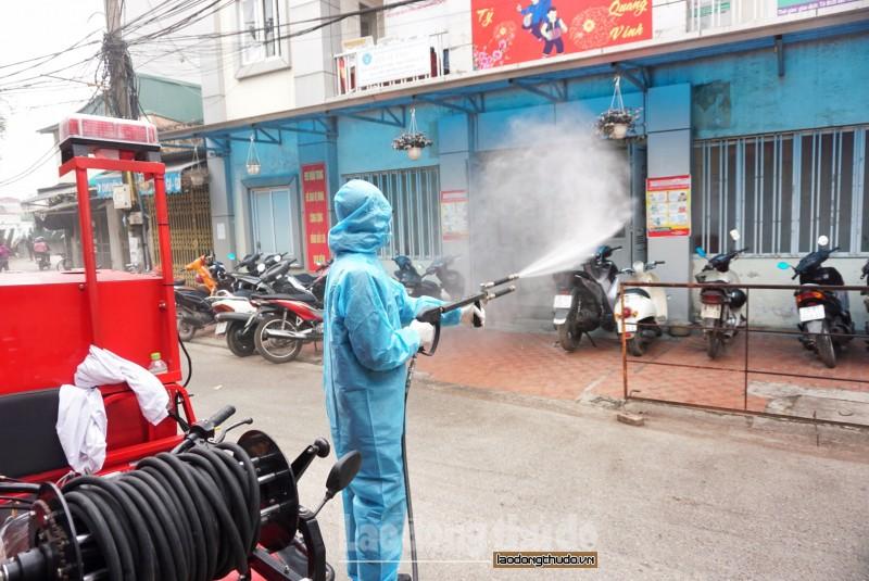 Phun khử khuẩn toàn phường Văn Chương để phòng, chống dịch Covid-19