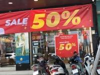 """Kích cầu mua sắm, đồng loạt cửa hàng treo biển giảm giá """"sốc"""""""