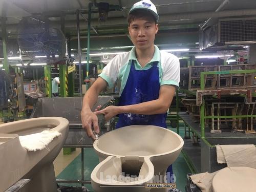 Anh Khương Viết Tùng: Người công nhân có tinh thần lạc quan, hăng say lao động