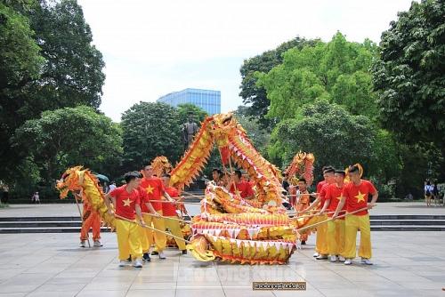 Đặc sắc múa rồng tại phố đi bộ khu vực Hồ Hoàn Kiếm
