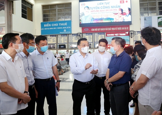 Chủ tịch thành phố Hà Nội Chu Ngọc Anh kiểm tra công tác chống dịch tại bến xe, sân bay
