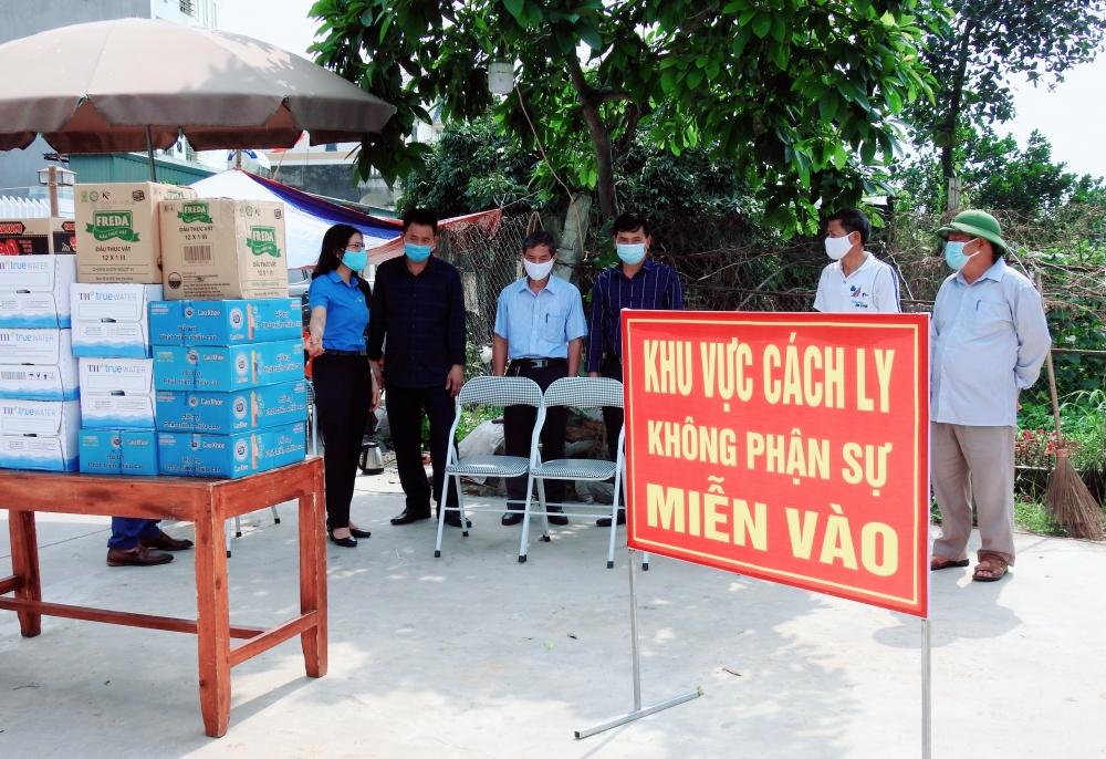 Liên đoàn Lao động huyện Sóc Sơn thăm, tặng quà các chốt cách ly trên địa bàn huyện