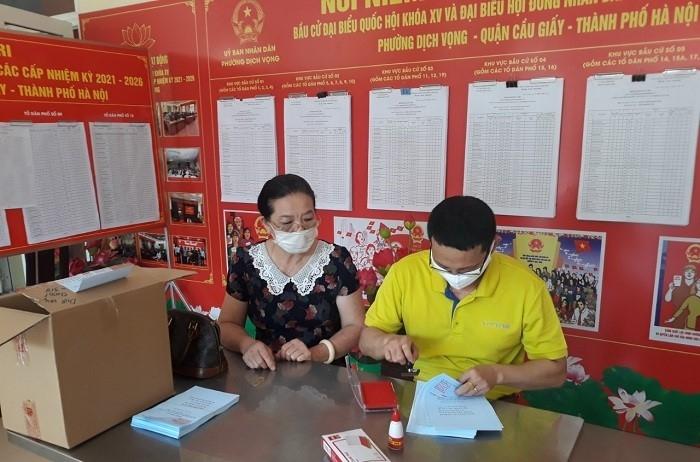 Phó Chủ tịch Ủy ban nhân dân thành phố Hà Nội Nguyễn Trọng Đông kiểm tra công tác bầu cử tại quận Cầu Giấy và huyện Sóc Sơn