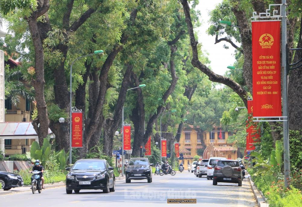 Đường phố Hà Nội trang hoàng cờ hoa sẵn sàng chào đón ngày hội toàn dân
