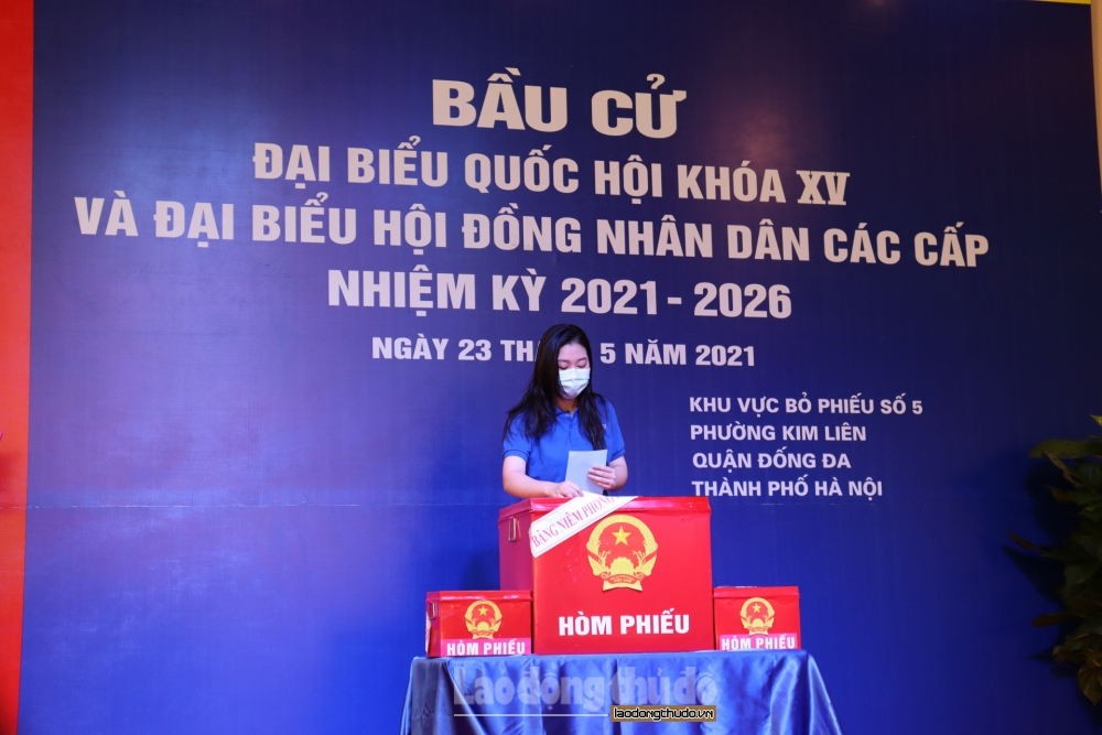 Chủ tịch ủy ban nhân dân thành phố Hà Nội Chu Ngọc Anh bỏ phiếu bầu cử tại quận Đống Đa