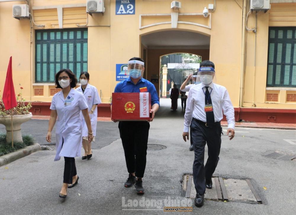 Bệnh nhân xúc động bỏ phiếu bầu cử tại giường bệnh