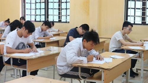 Sĩ tử Hà Nội thi vào lớp 10 THPT tất bật trong ngày thi đầu tiên