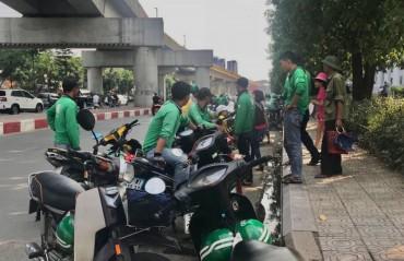 """Không về quê nghỉ hè, sinh viên ở lại Hà Nội làm """"xe ôm công nghệ"""""""