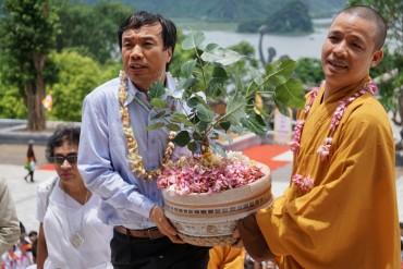 Hàng nghìn người tham dự lễ rước cây Bồ Đề về chùa Tam Chúc