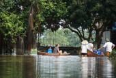 Người dân thôn Bùi Xá vẫn phải chèo thuyền từ nhà ra ngõ