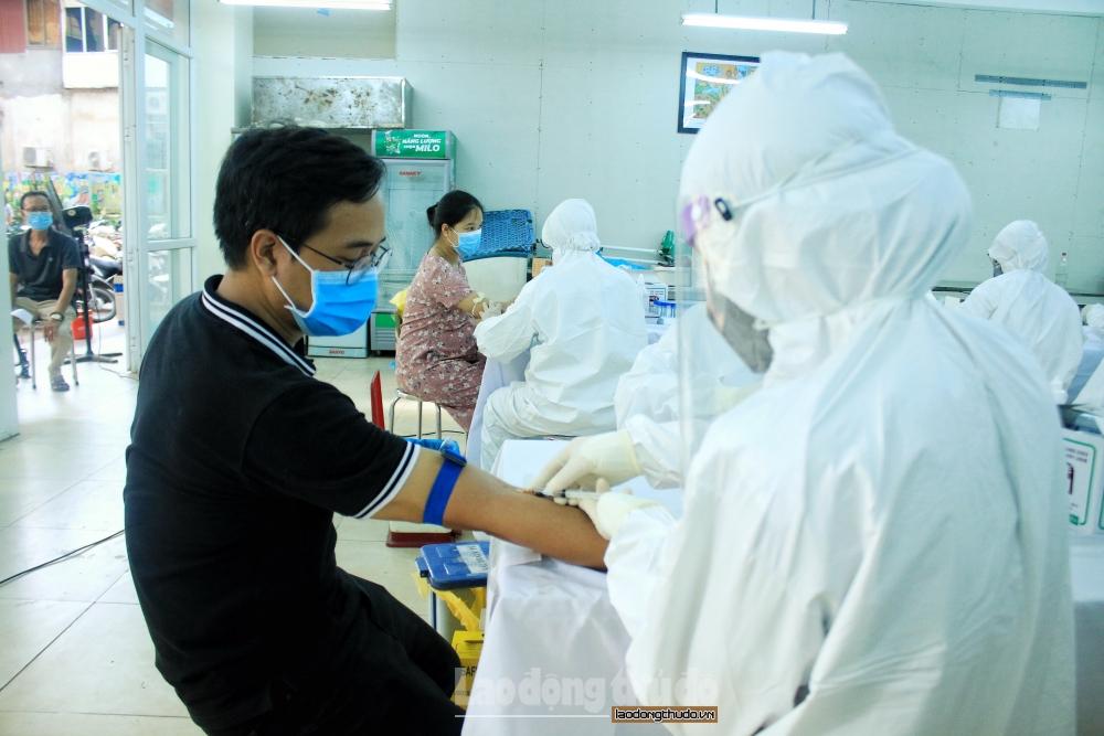 Quận Ba Đình: Hàng trăm người từ Đà Nẵng trở về được test nhanh Covid-19