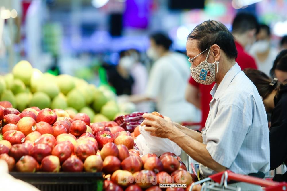 Người dân bình tĩnh mua sắm trong ngày đầu giãn cách