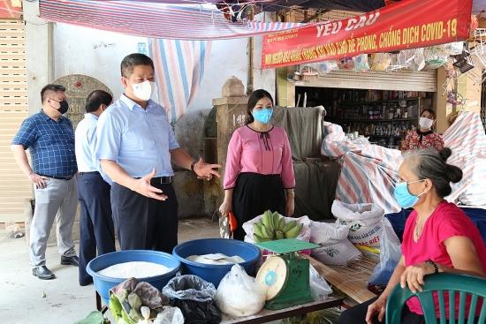 Phó Chủ tịch thành phố Hà Nội Nguyễn Mạnh Quyền kiểm tra, động viên bà con tiểu thương tại huyện Thanh Oai và Chương Mỹ
