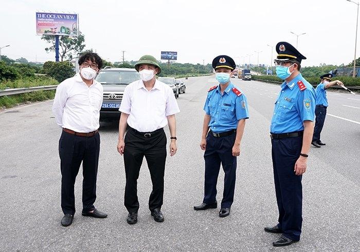 """Chủ tịch thành phố Hà Nội yêu cầu tạo thuận lợi cho xe """"luồng xanh"""" lưu thông, không để xảy ra đứt gãy sản xuất"""
