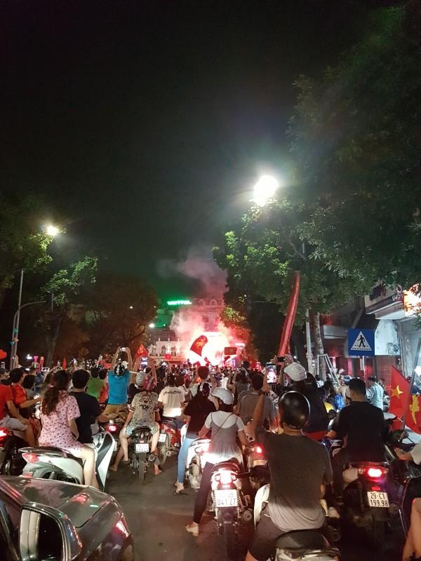 Người Hà Nội ăn mừng khi Olympic Việt Nam vào tứ kết ASIAD
