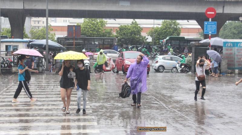 Người dân đội mưa rời Hà Nội nghỉ lễ 2/9