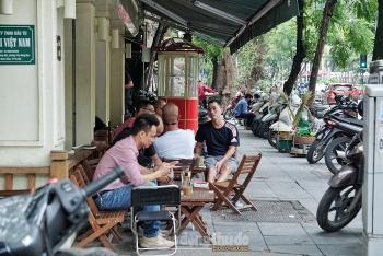 Hàng quán vẫn đông trong ngày đầu Hà Nội thực hiện giãn cách