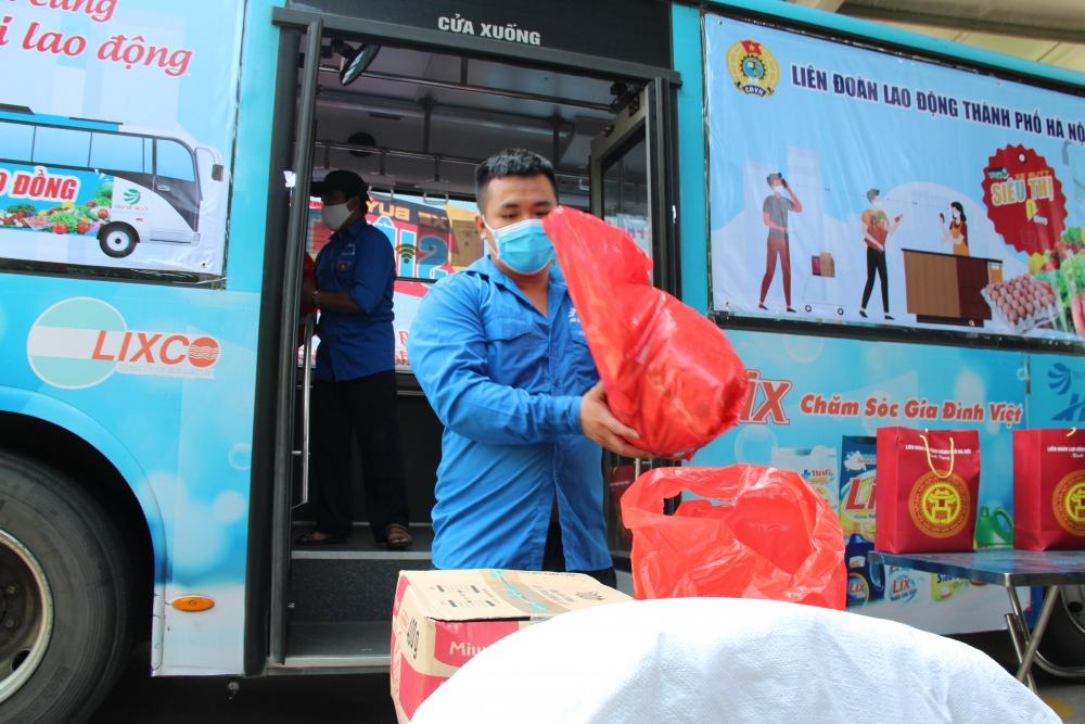 """Tiếp tục trao gần 1.400 suất quà cho công nhân lao động từ """"Xe buýt siêu thị 0 đồng"""""""