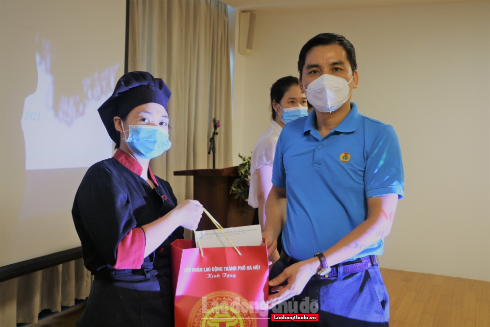 Công đoàn cơ quan Liên đoàn Lao động thành phố Hà Nội có mặt kịp thời bên người lao động bị ảnh hưởng bởi dịch Covid-19